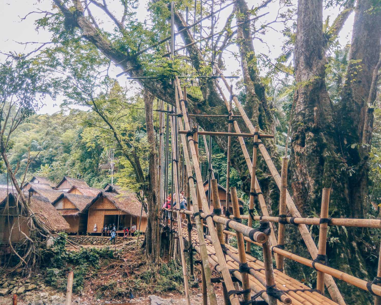 Salah satu jembatan di area Baduy Luar, serba kayu